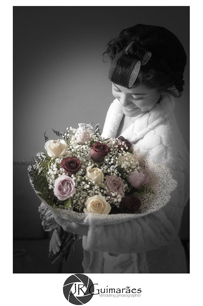noiva com flores nas maos
