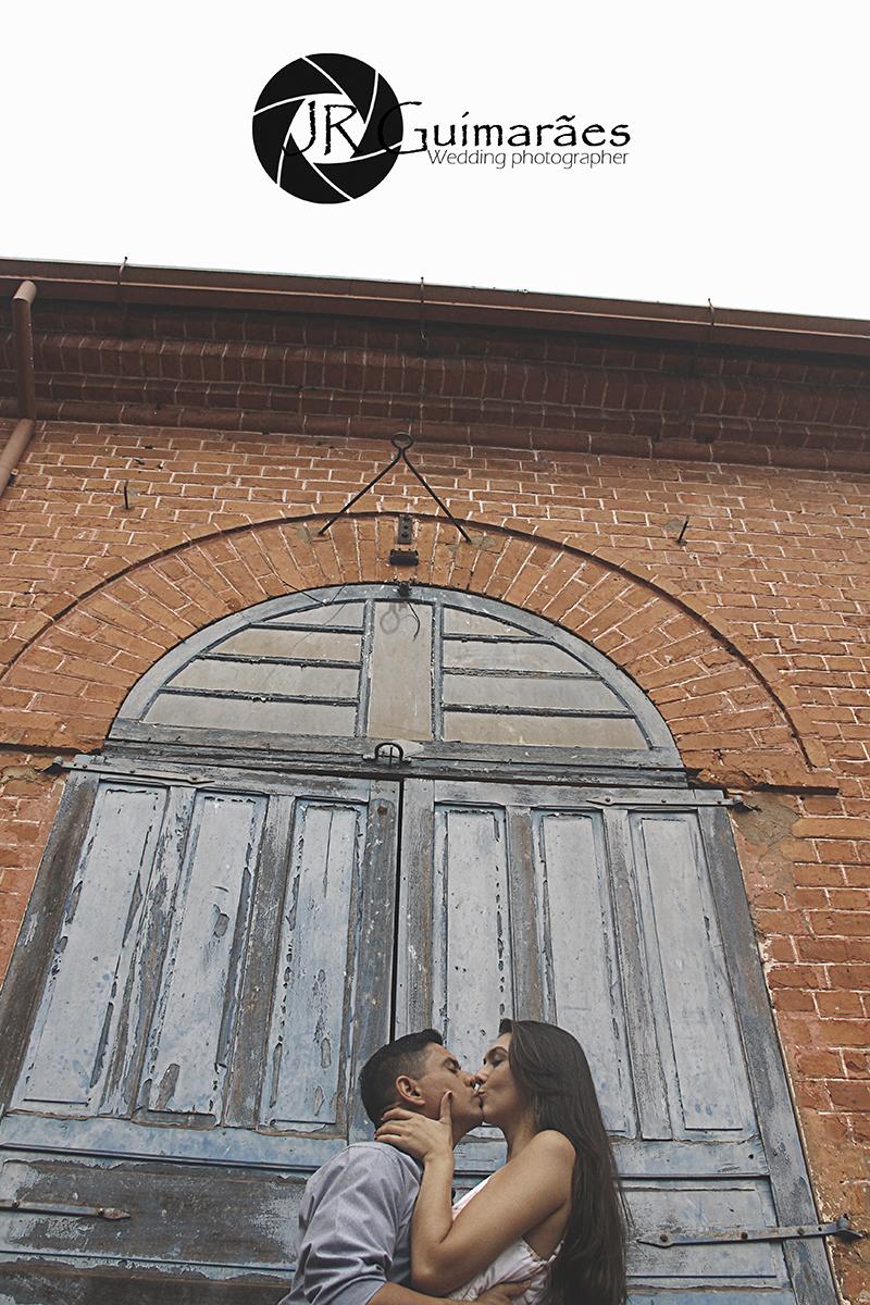noivos beijando .