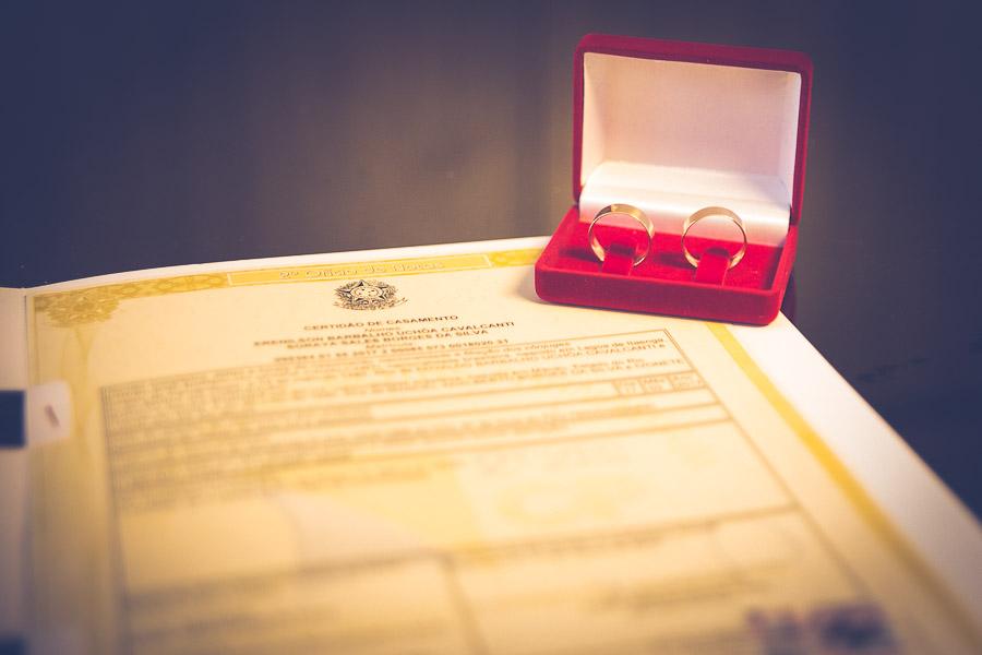 alianças sobre certidão de casamento