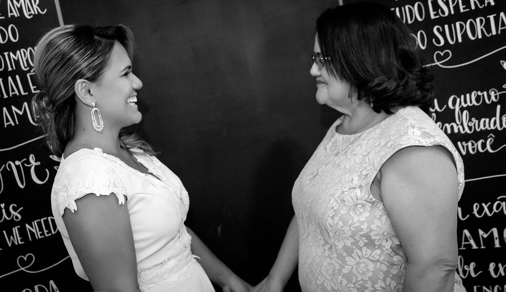 mãe da noiva desejando sorte a filha