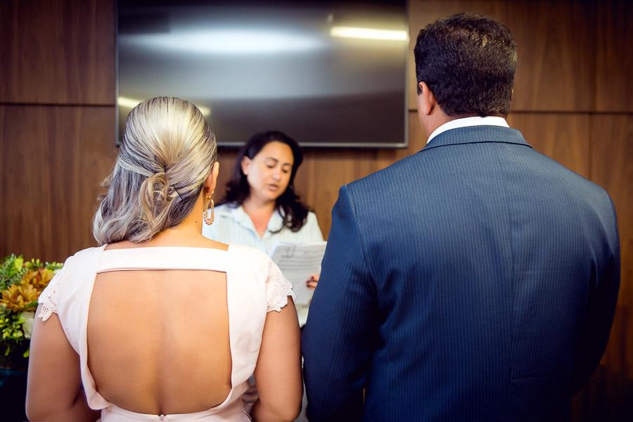 juíza de paz lendo certidão para os noivos