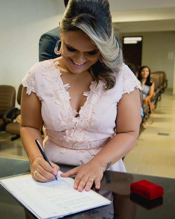 noiva assinando certidão