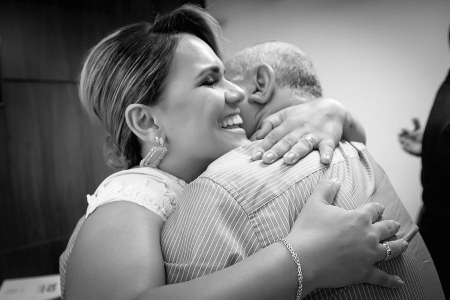 pai abraçando a noiva