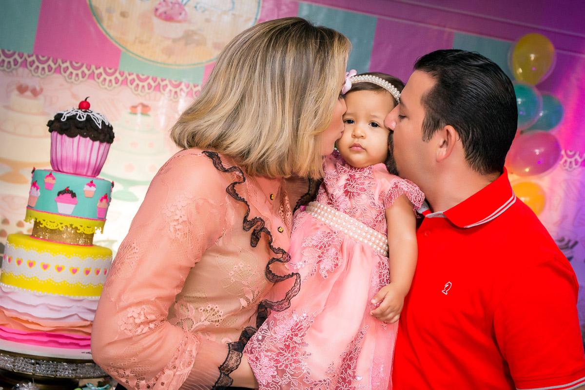 padrinhos dando beijo na aniversariante