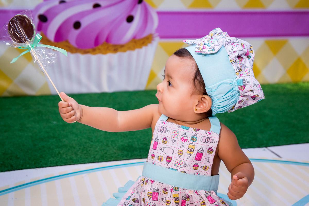 aniversariante brincando com doces