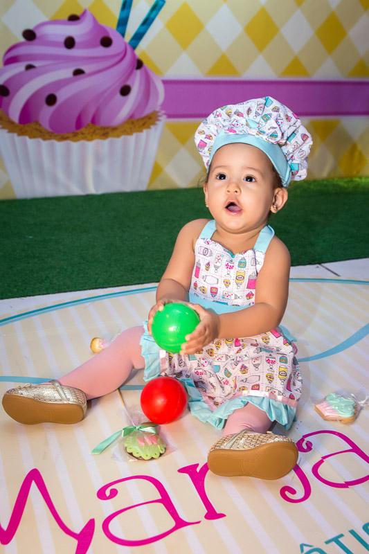 aniversariante brincando no chão com bolinhas