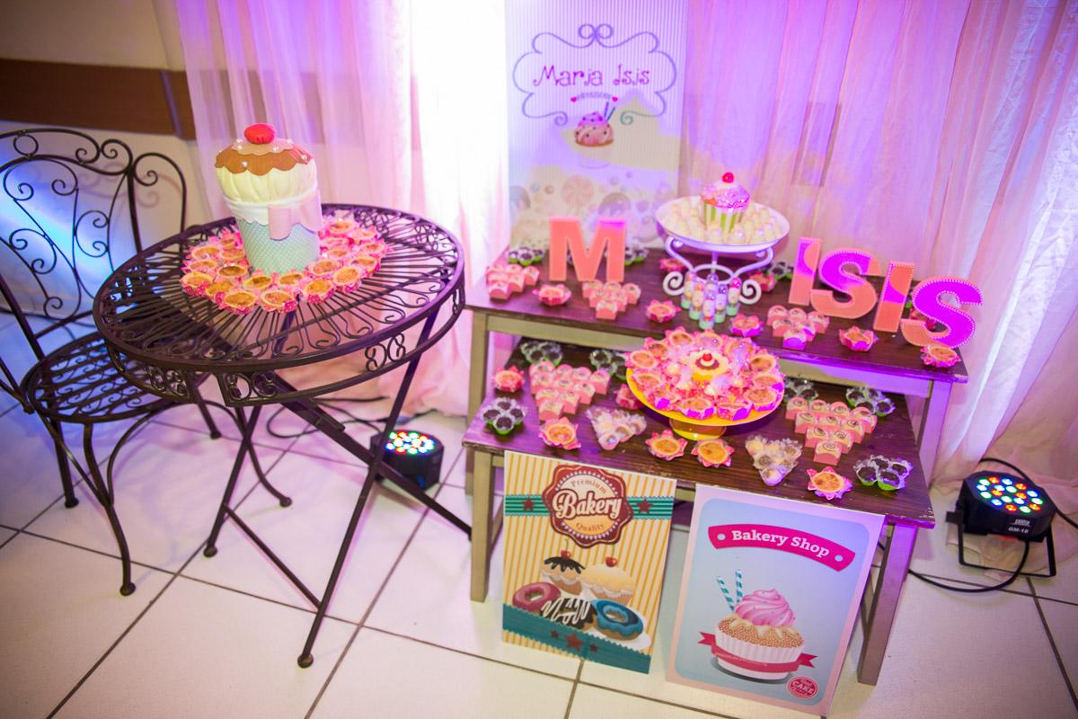 mesa de doces na entrada da festa