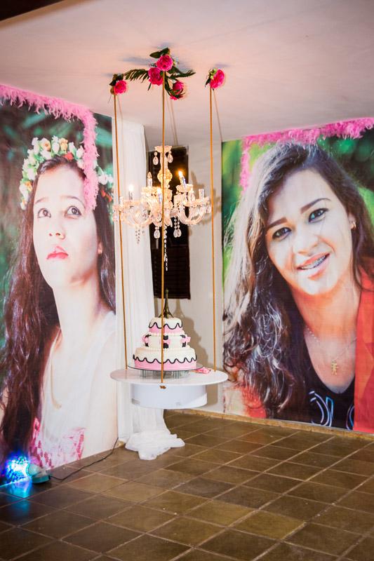 decoração aniversário de 15 anos bolo suspenso e plotagem de fotos nas paredes