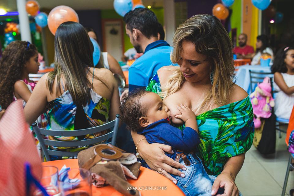 Festa de 1 ano do Bento, com o tema Aviador, fotografada por Ana Kacurin, no Rio de Janeiro. Bebê mamando no peito.