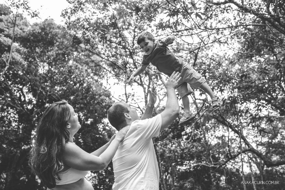 ensaio, gestante, gestação, book, grávida, família, floresta da tijuca, ensaio externo, ensaio fotográfico, pai jogando filho pra cima, jogar criança pra cima
