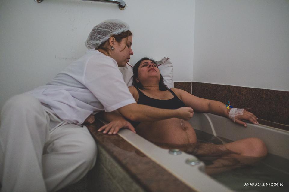 Parto natural hospitalar de Tomás, fotografado por Ana Kacurin na Perinatal de Laranjeiras, no Rio de Janeiro