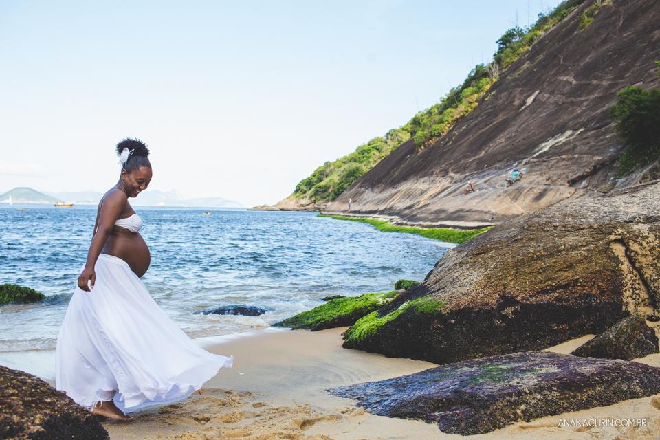 Grávida feliz girando sua saia branca esvoaçante na praia da Urca, no Rio de Janeiro