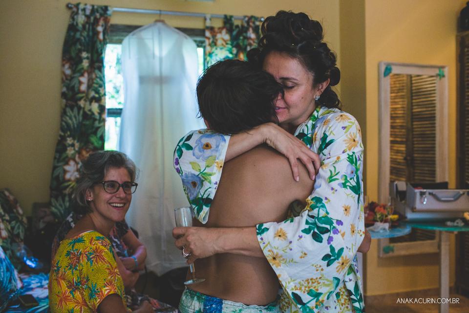Casamento da noiva paula e do noivo Todd em Ubatuba - SP, na praia de Itamambuca, fotografado por Ana Kacurin.