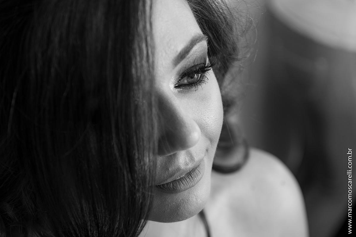 detalhe da fotos em preto e branco da maquiagem da formanda antes da formatura