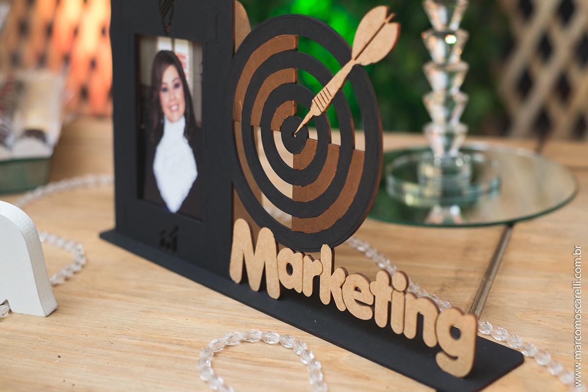 detalhe da decoração da recepção de formatura, placa com o nome do curso de marketing e foto da formanda