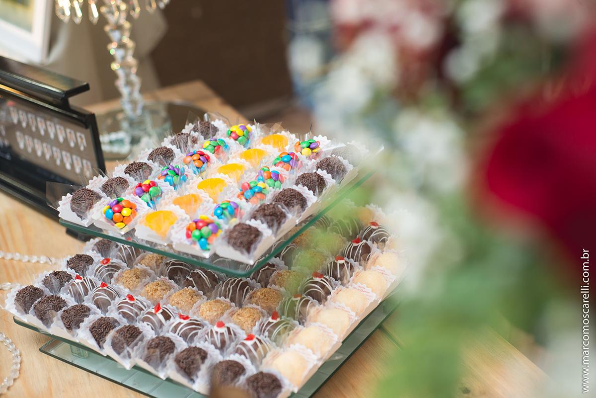 Detalhe da mesa de doces da recepção de formatura