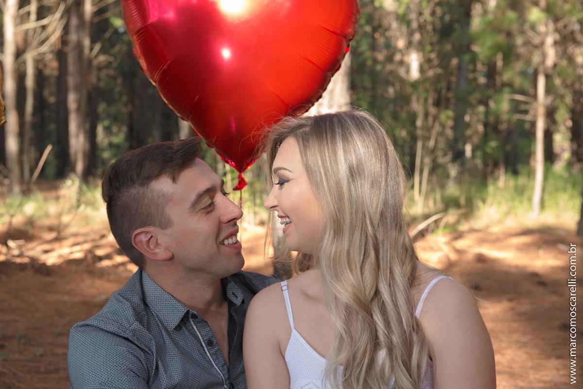 Noivos trocando olhares apaixonados durante ensaio fotográfico pré wedding antes do casamento no las acacias em pelotas.