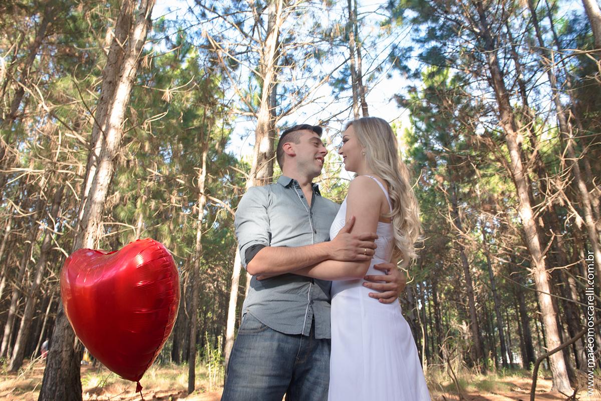 Casal de noivos se abraçando com a paisagem do las acacias em pelotas ao fundo. Foto registrada durante o esnaio pré casamento.