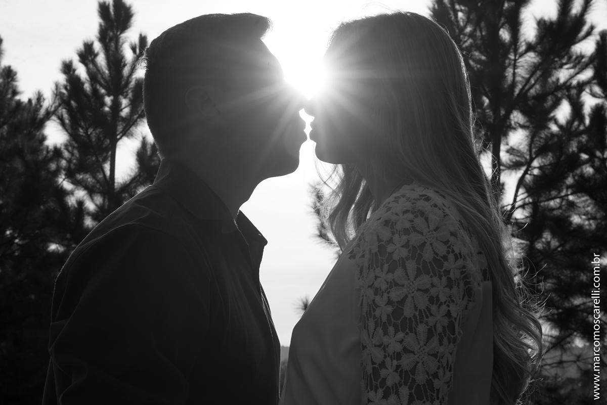Foto preto e branco de um lindo contra luz do casal de noivos em seu ensaio pré casamento. Pré wedding realizado no Las acacias em Pelotas. Foto por Marco Moscarelli Fotografo