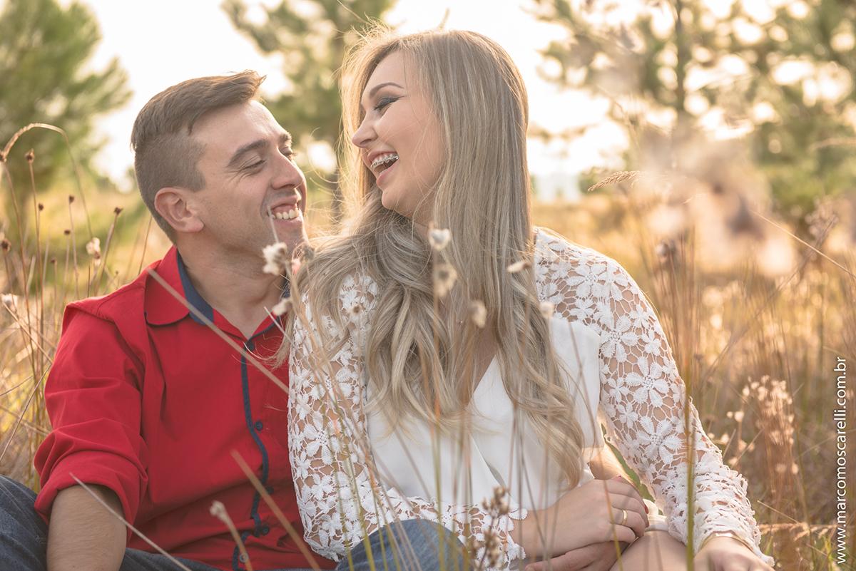 Noivo e noiva trocando sorrisos durante o ensaio pré casamento. Pré wedding realizado no Las acacias em Pelotas. Foto por Marco Moscarelli Fotografo