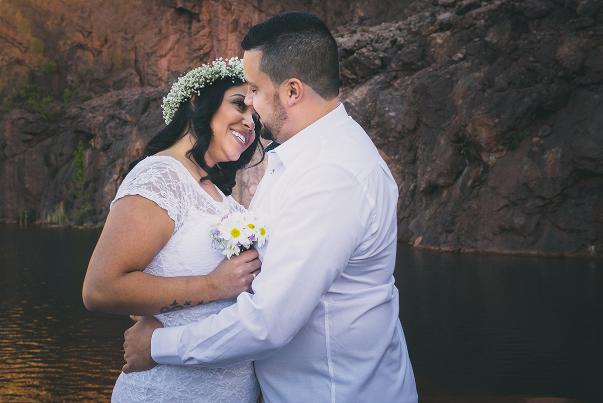Noiva com olhar terno para o noivo em local lindo do lago azul nas minas do camaquã.