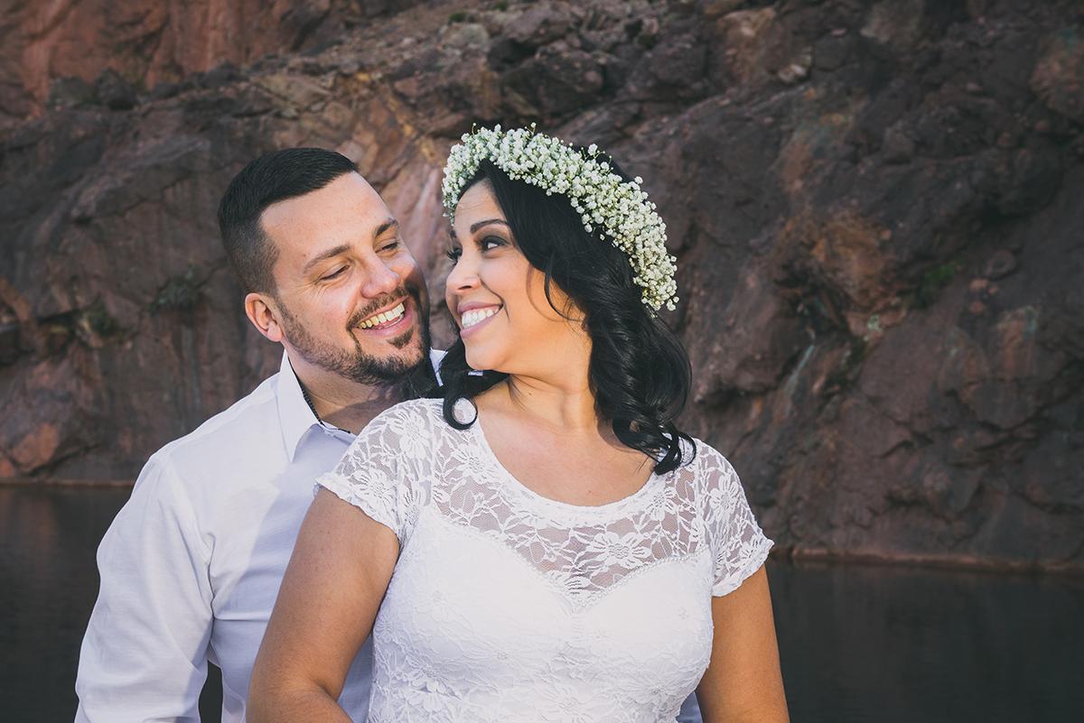 Noiva e noivo trocando olhares e sorrisos felizes durante o seu ensaio de casal pré wedding.