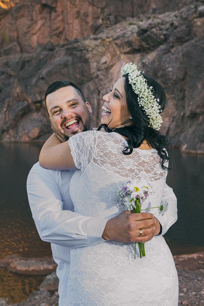 Noiva e noivo trocando olhares e sorrisos felizes durante o seu ensaio de casal pré wedding