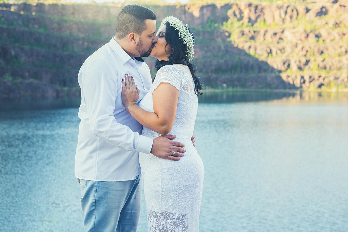 Noiva beijnado o  noivo em seu ensaio pré casamento nas minas do camaquã como fundo do pré widding.