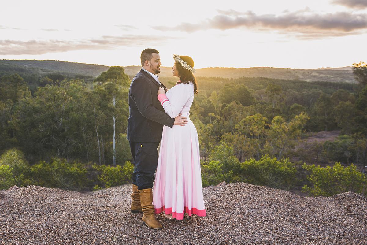 Casal de noivos trocando olhares com um lindo pordo sol ao fundo compondo a paisagem deste pre wedding feito antes do casamento nas minas do camaquã.