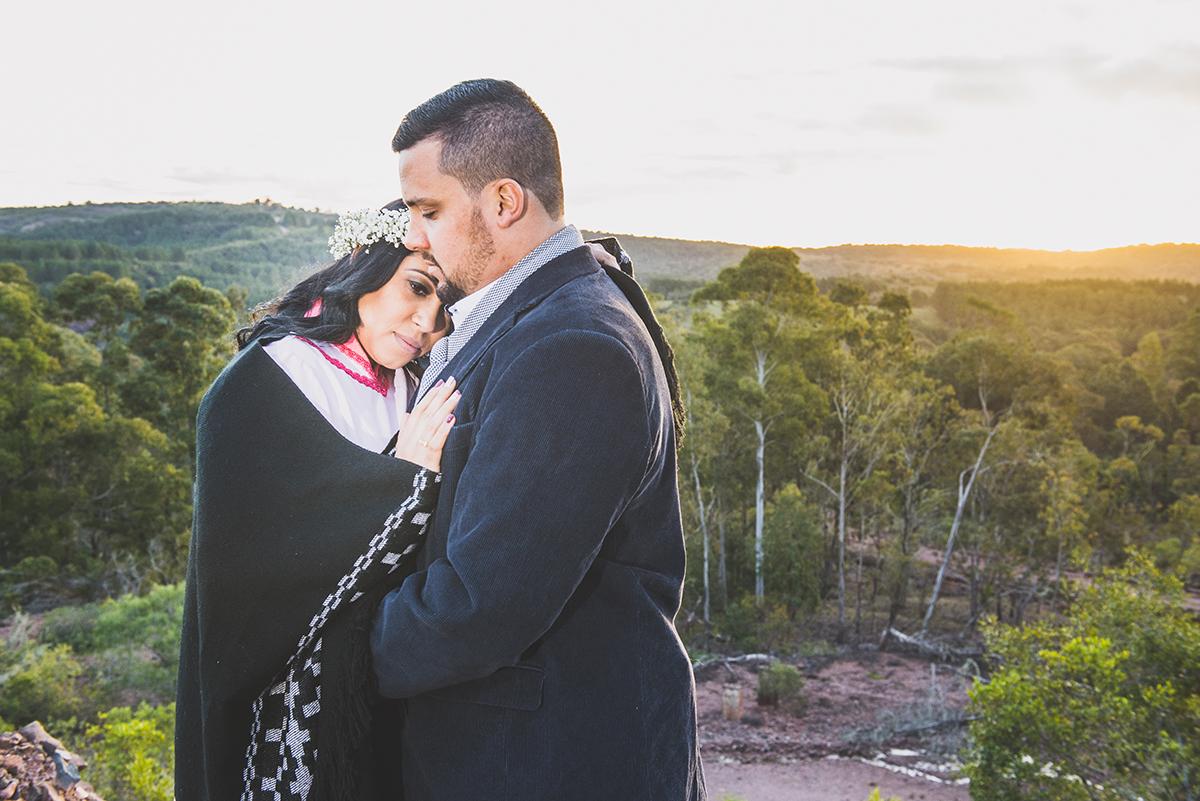 Casal de noivos em um lindo abraço com um lindo pordo sol ao fundo compondo a paisagem deste pre wedding feito antes do casamento nas minas do camaquã