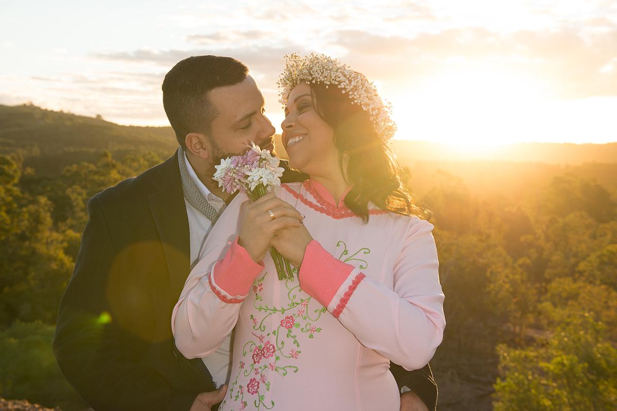 Casal de noivos trocando olhares com um lindo pordo sol ao fundo compondo a paisagem deste pre wedding feito antes do casamento nas minas do camaquã