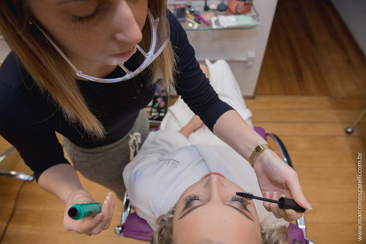 Detalhe visto de cima da  maquiagem da noiva no Making of antes do casamento. Foto-Marco Moscarelli
