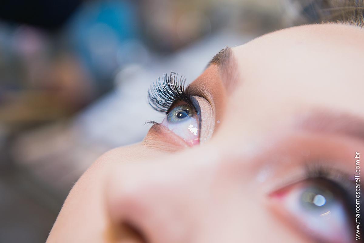 Detalhe do olho azul da noiva durante o make of no dia do casamento. Foto- Marco Moscarelli
