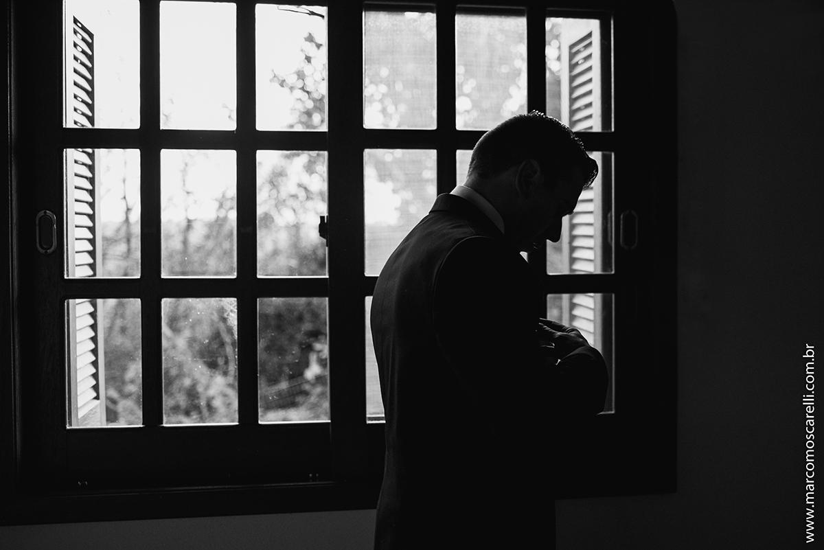 Foto em Preto e branco de um momento de refelxão do noivo durante o Making of. Foto por Marco Moscarelli
