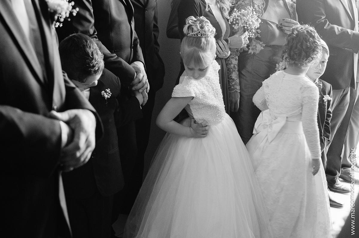 Momento delicado da daminha de honra antes do casamento aguardando a noiva chegar. Foto por Marco Moscarelli
