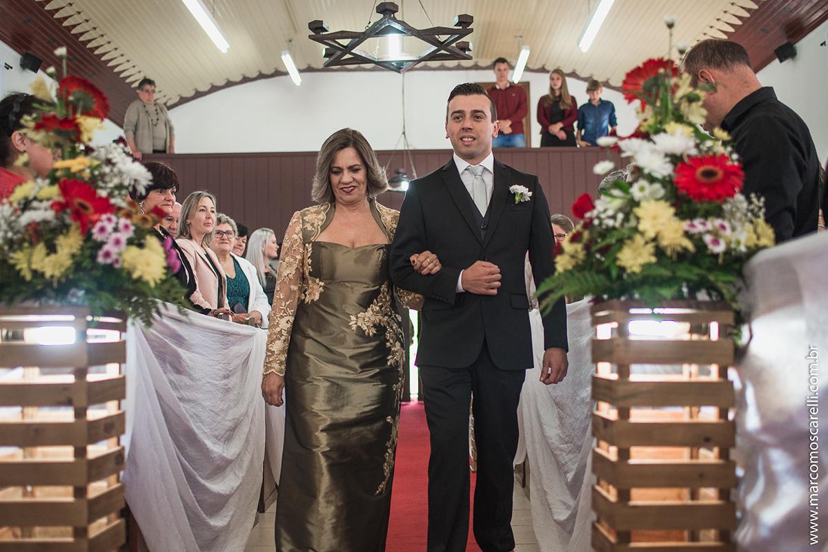 Foto da entrada do noivo na ireja para a cerimônia de casamento. Foto por Marco Moscarelli