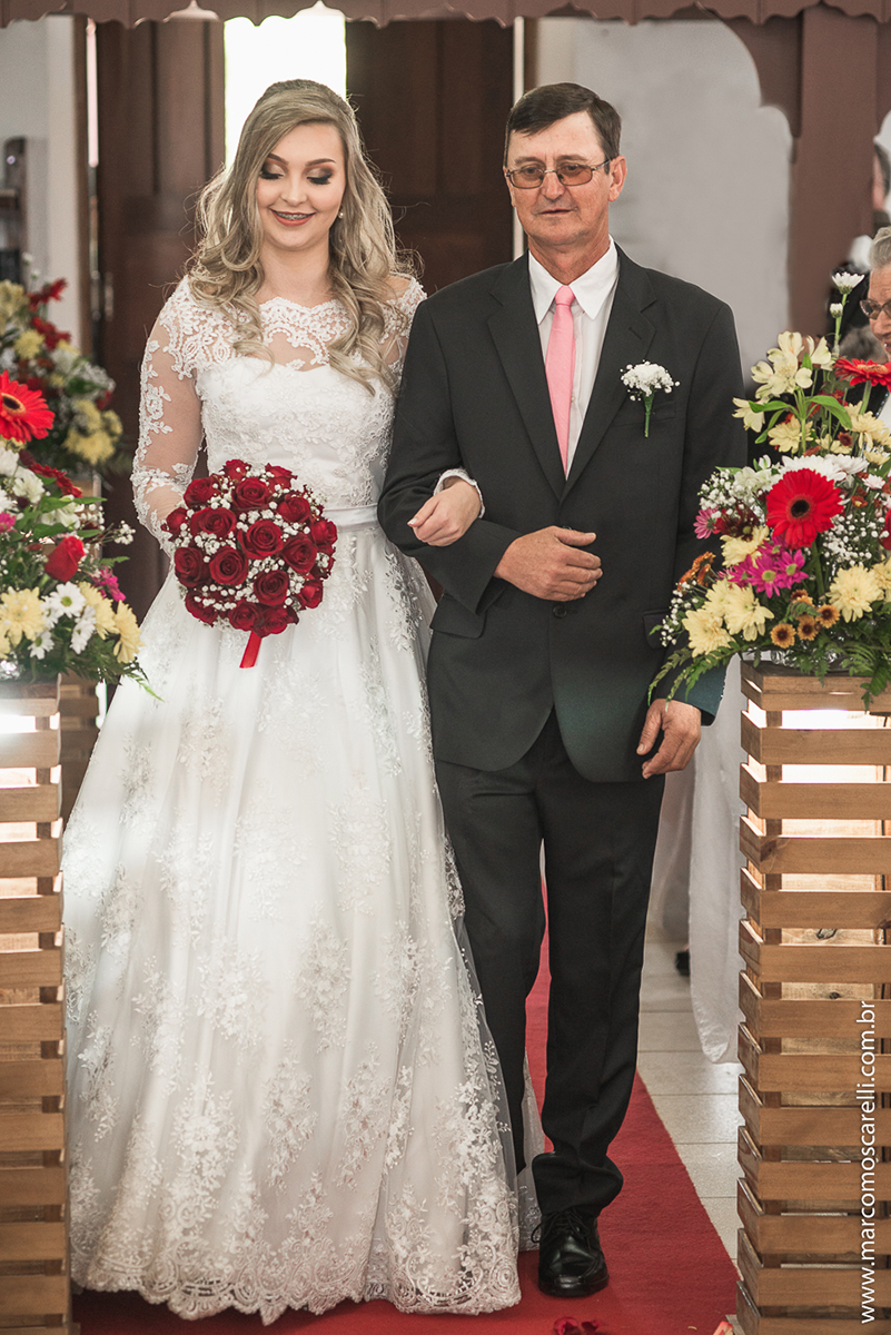 Foto da entrada da noiva na igreja durante o casamento. Foto por Marco Moscarelli