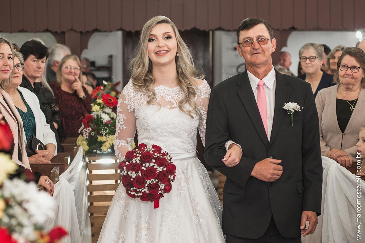 Foto da entrada da noiva na igreja durante o casamento. Foto por Marco Moscarell