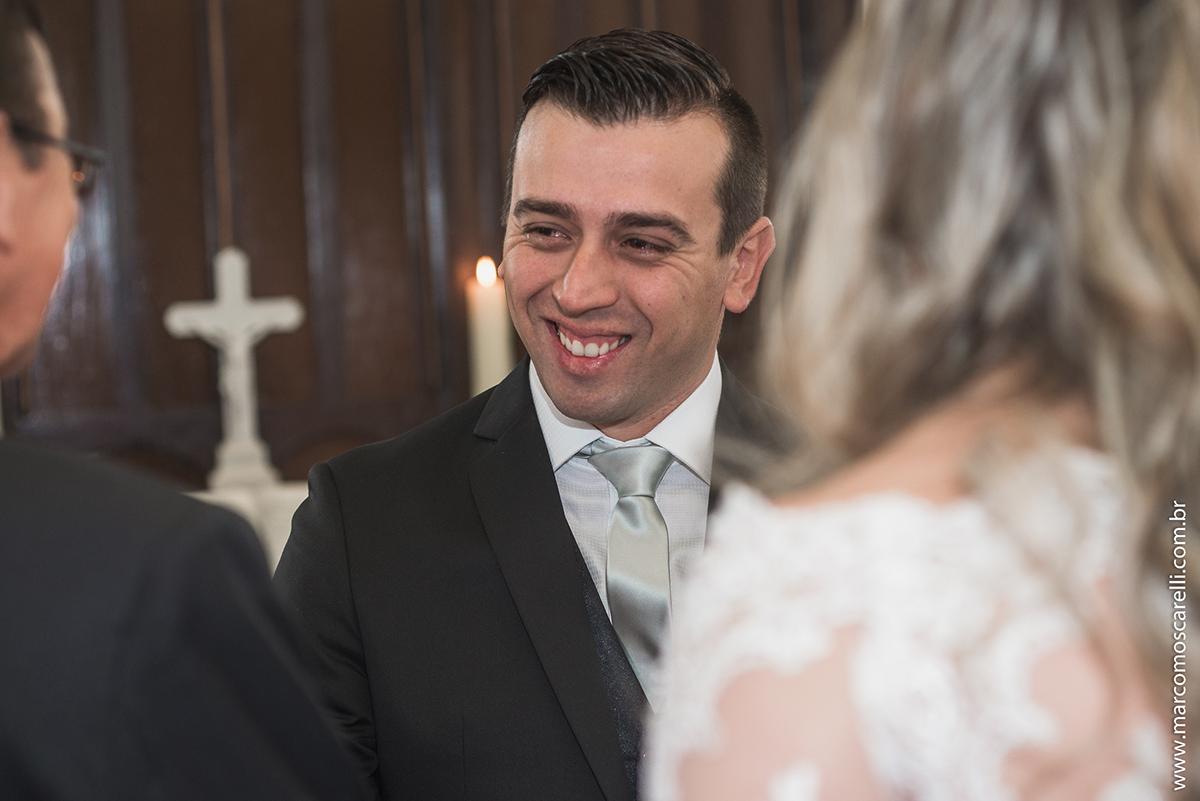 Noivo recebem a noiva do seu sogro, detalhe da lagirma no olho do noivo. Foto por Marco Moscarelli
