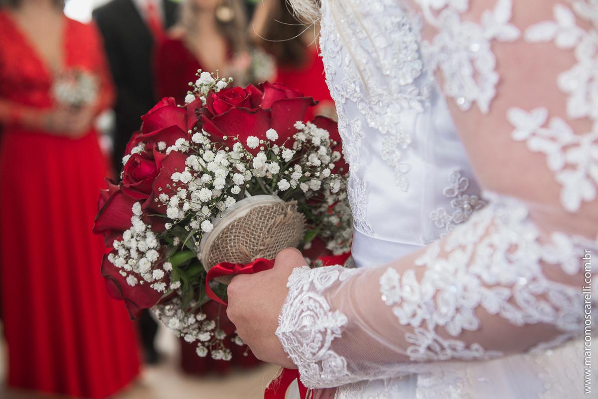 Foto do detalher do buquê da noiva durante o casamento dos noivos. Foto por Marco Moscarelli