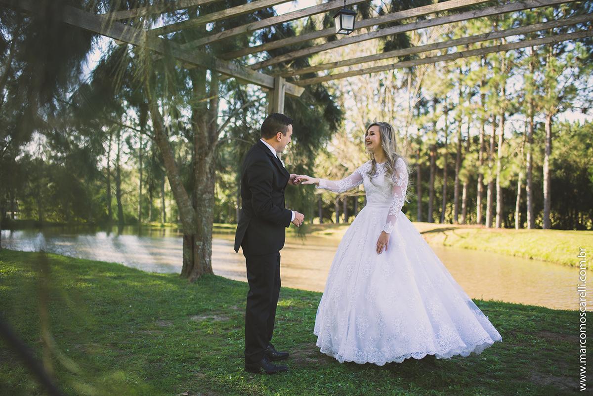 Noivo dançando com a noiva em ensaio fotográfico apóso casamento com um lindo bosque ao fundo. Foto Por Marco Moscarelli