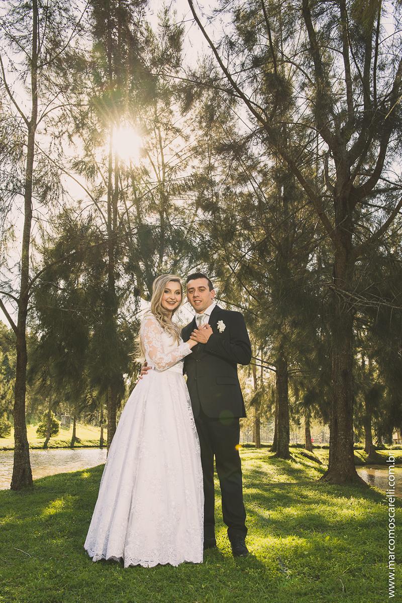 Noivo posando para foto com a noiva em pose de dança de valça em ensaio após o casamento com sol ao fundo. Foto por Marco Moscarelli