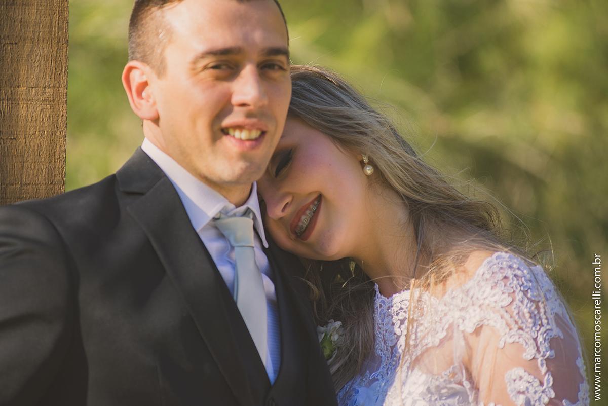 Noiva descansando a cabeça no ombro do noivo em ensaio após o casamento. Foto por Marco Moscarelli