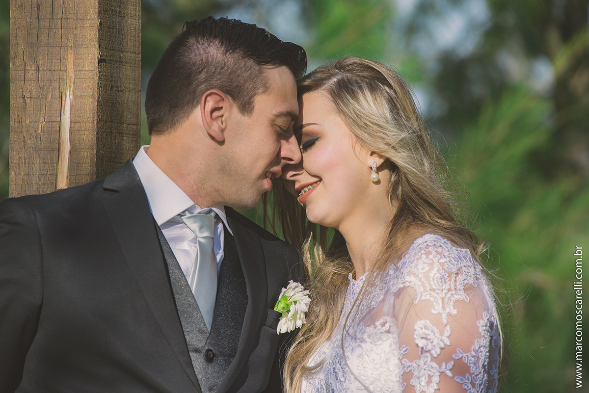Beijo dos noivos durante ensaio após o casamento. Foto por Marco Moscarelli