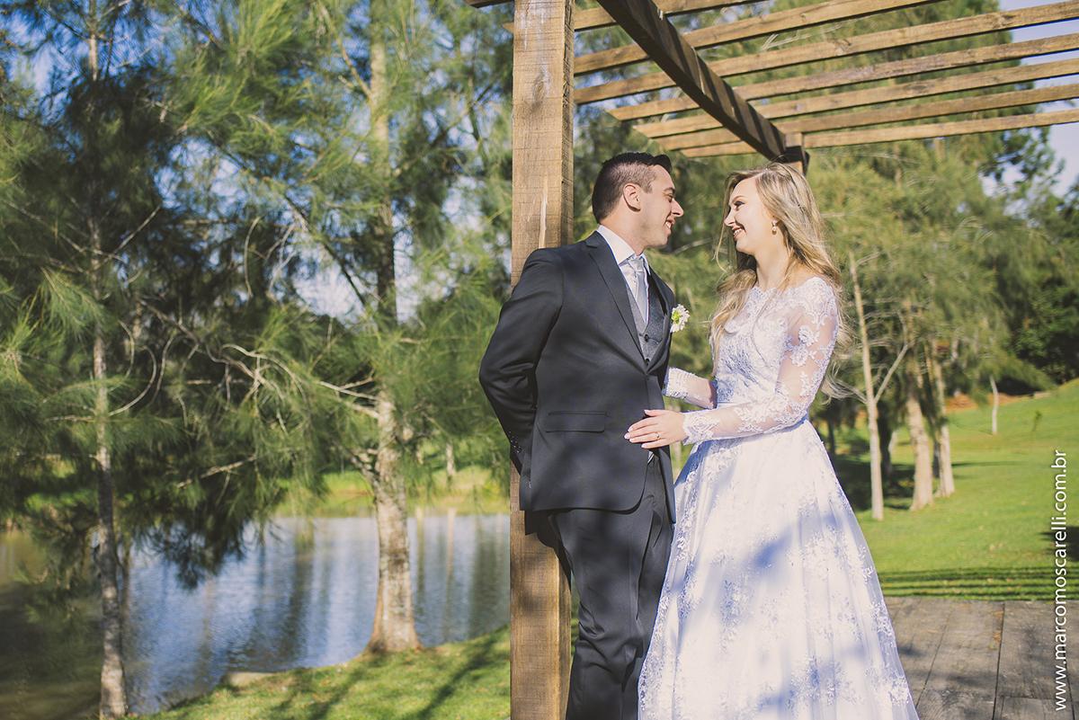 Noivo trocando sorrisos com a noiva durante ensaio fotográfico após o casamento. Foto poor Marco Moscarelli
