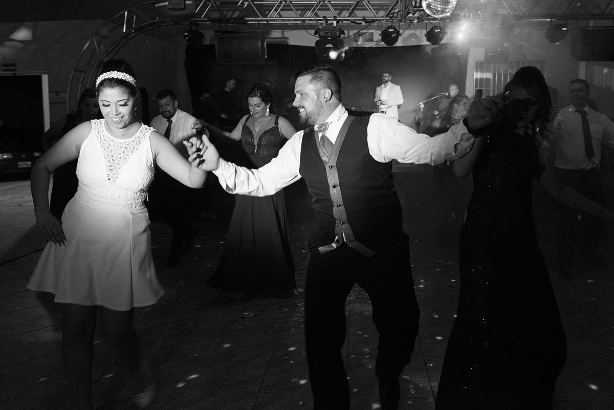 Foto em preto e branco da dança dos noivos.