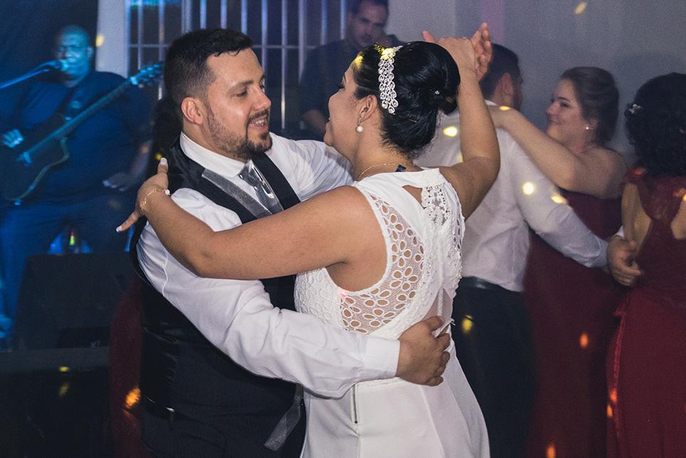 Foto de um momento especial da valçados noivos.