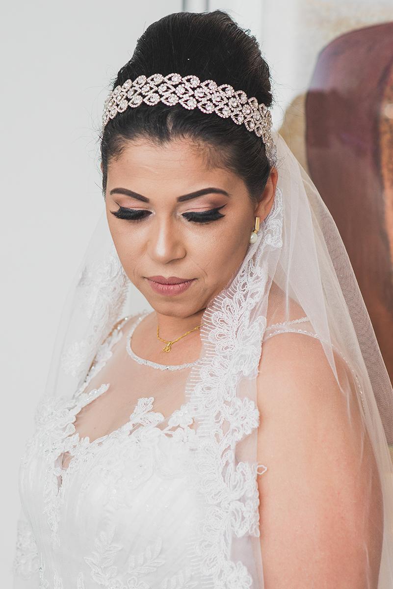 Retrato da noiva com o vestido de noiva em momentos antes da cerimonia de casamento.