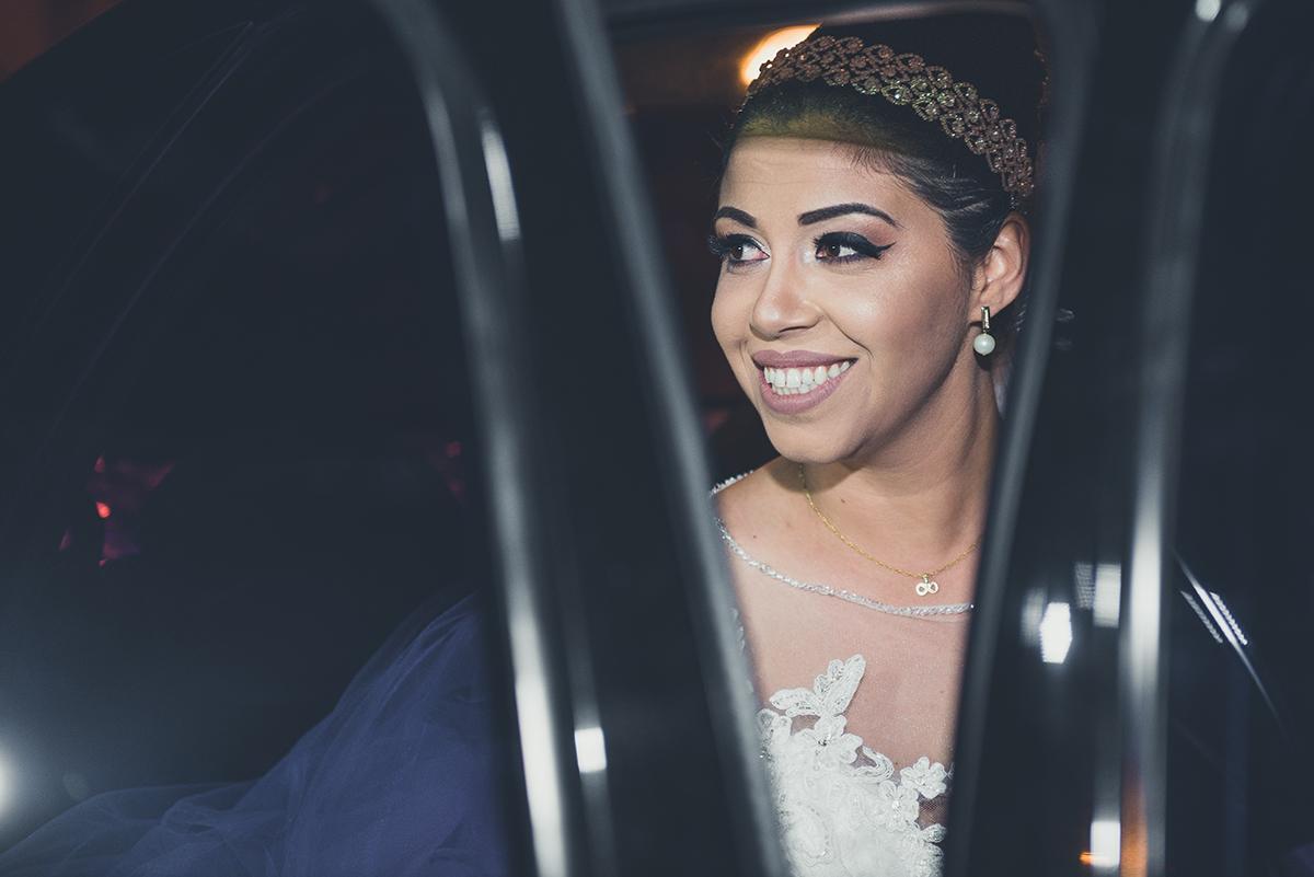 Lindo detalhe da noiva descendo do carro no dia do seu casamento.