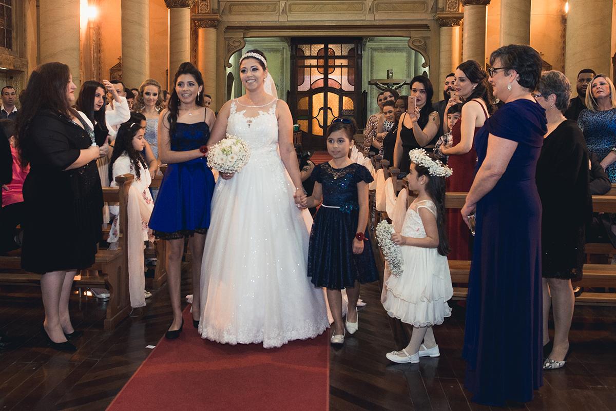 Noiva chegando ao altar para encontrar o noivo acompanhada das duas aias.